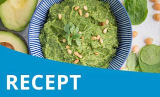 Humus met avocado en spinazie